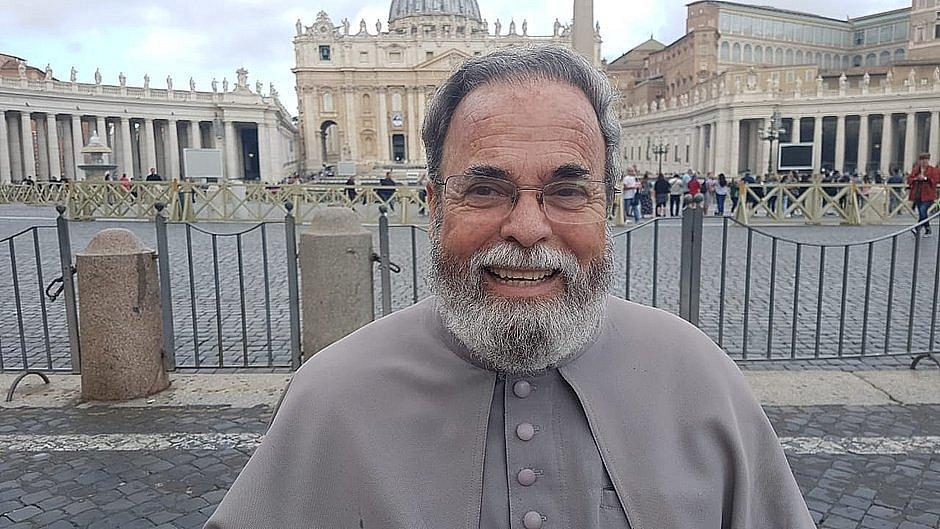 O padre no Vaticano ontem