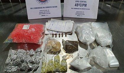 Polícia apreende mil porções de drogas no bairro de Sussuarana