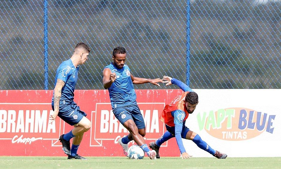Élber entre Ronaldo e Jadson durante treino do Bahia