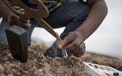 O agricultor e ativista ambiental da República Centro-Africana,  Pascal Bida Koyagbele, tira uma  amostra do solo usando um Konga, ferramenta tradicional dos pigmeus, na província de Lobaye, onde ele criou um adubo orgânico mais eficaz que o químico.