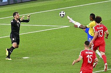 Paulinho levanta o pé para alcançar a bola