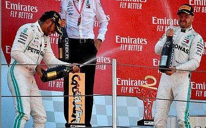 Hamilton comemora o triunfo ao lado do companheiro Bottas