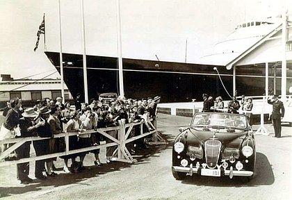 O Príncipe Philip dirigindo seu Aston Martin, em 1956, durante as Olímpiadas de Melbourne, na Austrália. Há cinco anos esse carro foi leiloado por R$ 2,53 milhões