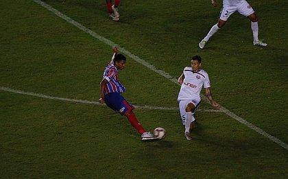 Marcelo Ryan, do Bahia, em lance com Hebert, do Bahia de Feira, em Pituaçu