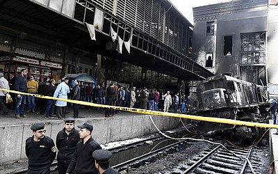 Bombeiros e curiosos se reúnem na Estação de Ramsés, no Cairo, onde um acidente de trem  matou pelo menos 20 pessoas, e provocou um grande incêndio que feriu mais 40.