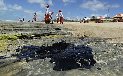 As manchas de óleo na praia de Sítio do Conde, no Litoral Norte