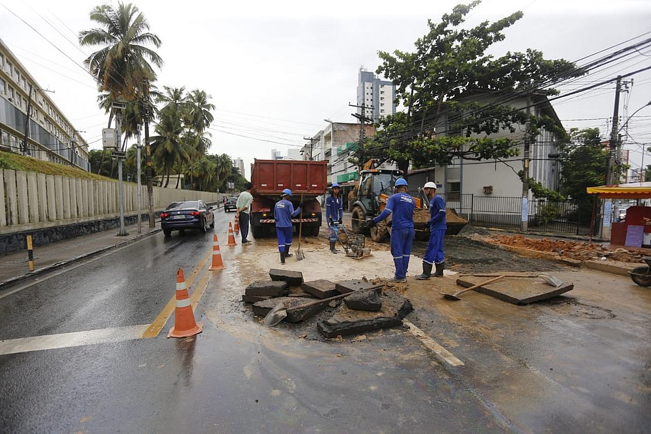 Obra em rede de esgoto na Avenida Paulo VI deixa trânsito lento