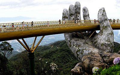 """""""Ponte Dourada"""" nas colinas perto de Danang Na Ba, região central do Vietnã."""