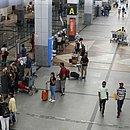 Passageiros circulam pelo aeroporto internacional