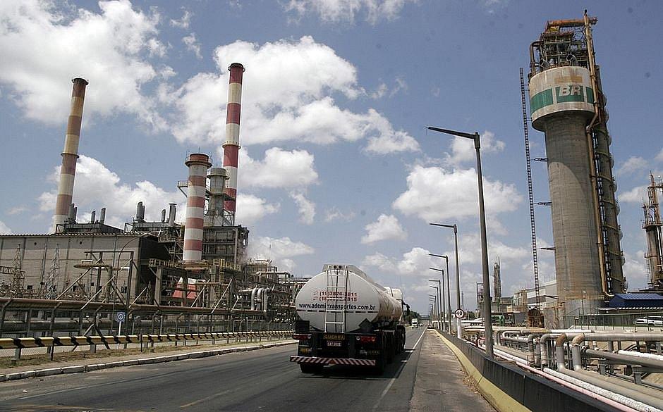 Petroleiros baianos temem demissões e desabastecimento após venda da RLAM