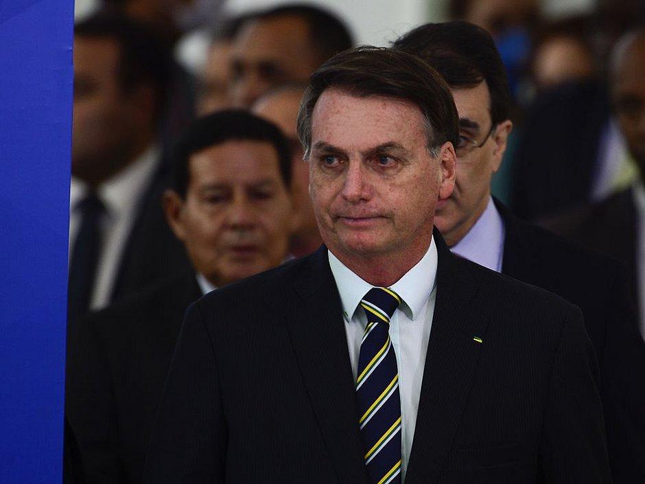 'Conta' pelas mortes por covid-19 é de prefeitos e governadores, diz Bolsonaro