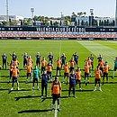 Em treino nesta segunda-feira (5), elenco do Valencia fez um ato em apoio a Diakhaby