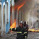 Bombeiros trabalham no local do incêndio, no sábado