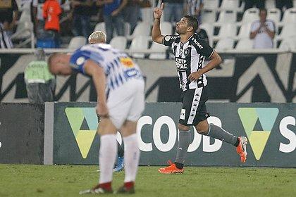 Diego Souza (ao fundo) marcou, de pênalti, o segundo gol do Botafogo na partida