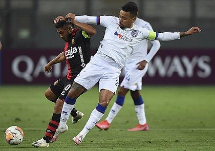 Gregore marca Joel Sánchez no jogo entre Bahia e Melgar, estádio Nacional de Lima