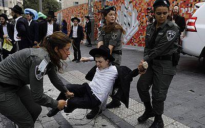 Manifestação de judeus ultra-Orthodoxos contra a 17ª edição da parada Gay em Jerusalém.