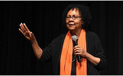 Clássico do feminismo negro, obra de estreia de bell hooks é relançada no Brasil