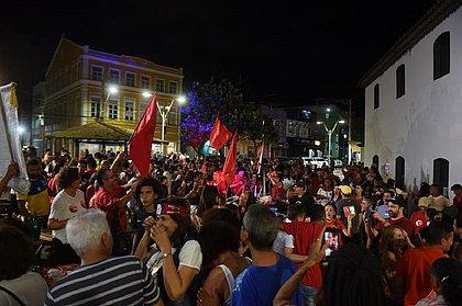 Petistas comemoram soltura de Lula no Rio Vermelho