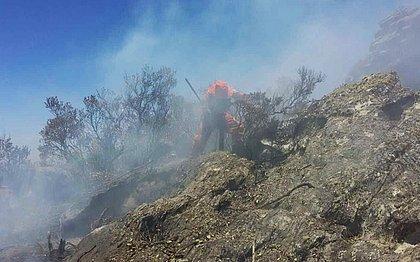Homem do Corpo de Bombeiros atua em ação de controle de chamas na Chapada