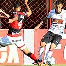 Marciel parte pra cima da defesa do Atlético-GO