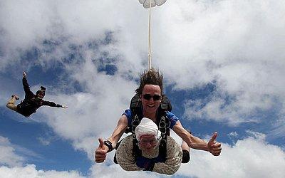 Irene O'Shea de 102 anos faz seu segundo salto de para-quedas em Tandem sobre Wellington no sul da Austrália. Ela saltou de 14.000 pés (4.300 metros). Na comemoração da centenário ela havia realizado o primeiro salto.