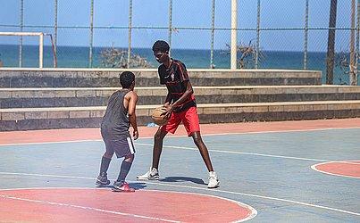 Sem máscara, homens jogam basquete no Jardim dos Namorados.