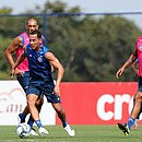 Rodriguinho durante treino na Cidade Tricolor, observado por Fernandão e Elton