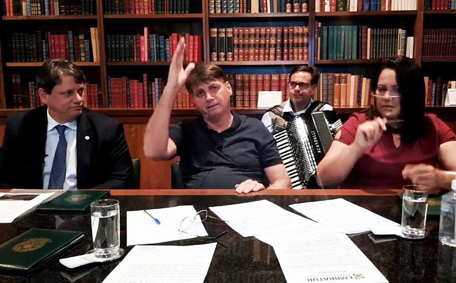 Após visita à Bahia, Bolsonaro diz que está doente: 'Estou no antibiótico'