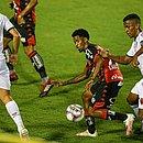 Ewandro protege a bola no Barradão em sua estreia com a camisa do Vitória
