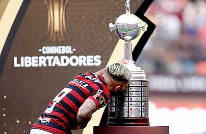 Gabigol beija a taça da Libertadores