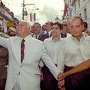 Em 2001, o ex-senador ACM, o presidente da Rede Bahia ACM Júnior e o prefeito de Salvador ACM Neto juntos no desfile cívico