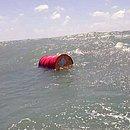 Barril fechado foi encontrado pela Marinha no litoral potiguar  (Foto: Divulgação/Marinha do Brasil)