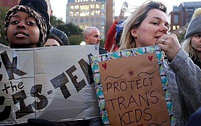 """Manifestação LGBTQI na Praça de Washington em Nova Iorque. O The New York Times vazou um memorando em que o governo Trump considera redefinir o gênero como """"biológico, imutável e determinada pela genitália no nascimento,""""."""