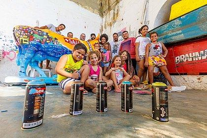 A vaca 'Baía de Todos os Santos' ao lado de parte dos pequenos artistas