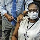 A primeira pessoa imunizada foi a enfermeira Maria Angélica de Carvalho, 53 anos, que trabalha no Hospital Couto Maia.
