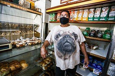 Proprietário Naelson Fernandes, da padaria Irmãos Andrade, no Nordeste de Amaralina, não subiu o preço do pão