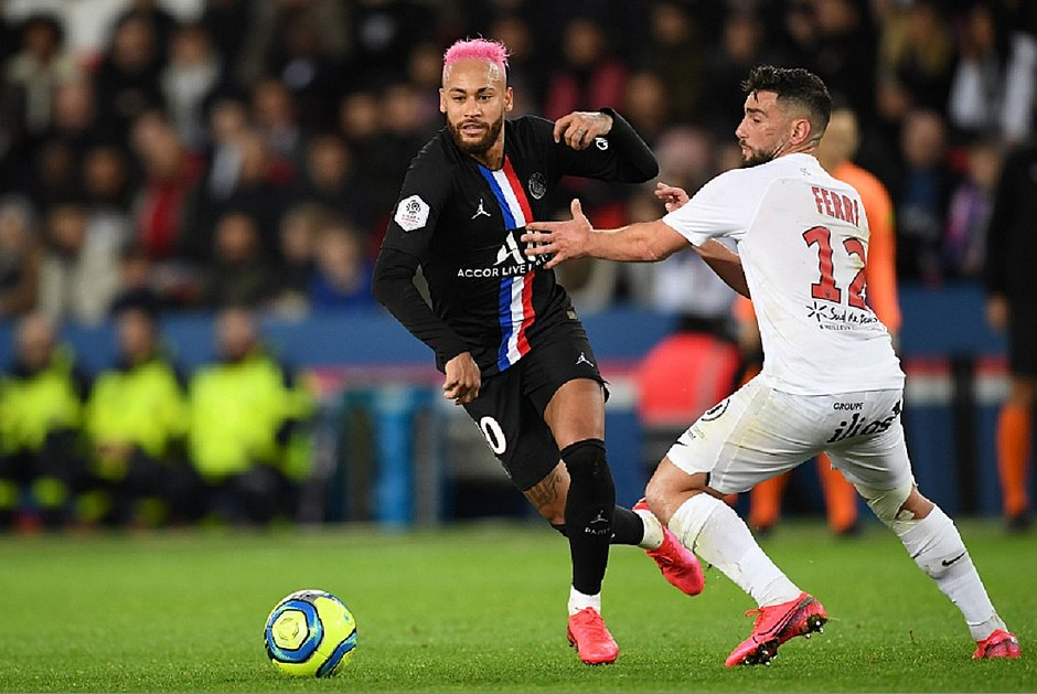 Neymar dribla Jordan Ferri, do Montpellier