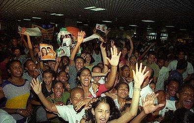 Em outubro de 2001, dupla foi recebida por centenas de fãs no aeroporto.
