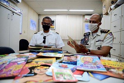 Livros que voam: projeto de pilotos leva livros para crianças em lugares do interior da Bahia