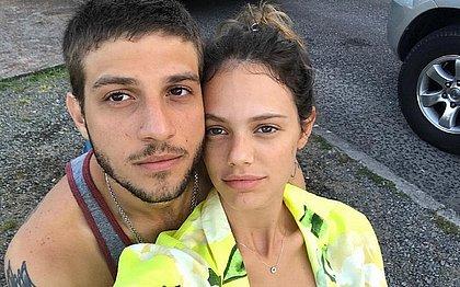 Laura Neiva mostra barrigão de grávidez com Chay Suede no Instagram