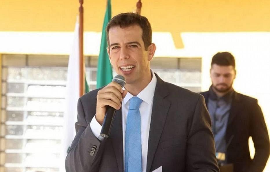 Olavistas e militares fazem pressão para Bolsonaro desistir de Feder para o MEC