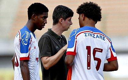 Eduardo Guadagnucci, no centro, conversa com Allan (esq) e Felipe Pará (dir) na partida contra o Vasco