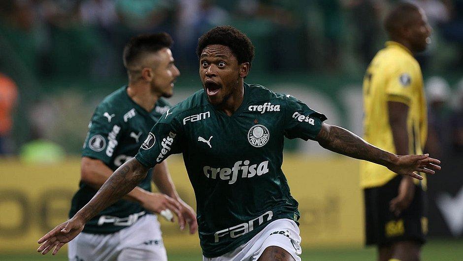 Luiz Adriano fez os três gols do Palmeiras