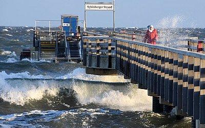 Ondas fortes na praia do mar Báltico em Schoenberg perto de Kiel, norte da Alemanha