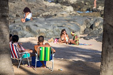 Pessoas descumprem o decreto que proíbe o acesso às praias da cidade (Itapuã).