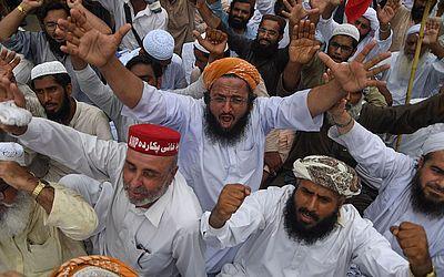 Ativistas dos partidos de oposição do Paquistão se manifestam em frente ao escritório da Comissão eleitoral provincial contra o suposto aparelhamento da última eleição.
