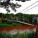 Moradores observam Rio Paraopeba, afluente do São Francisco, ameaçado por rejeitos de minérios
