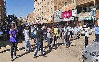 Manifestação contra o governo em Khartoum na capital do Sudão. Os protestos começaram com a decisão do governo de aumentar o preço do pão.