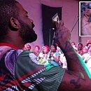 Arlindinho Cruz faz video-chamada para o pai acompanhar gravação de samba da X-9 Paulistana