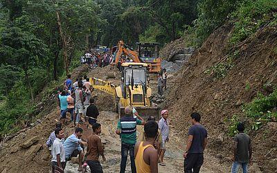 Um deslizamento de terra bloqueou a estrada nacional 31-C Mongpong, a 32 kms da cidade Indiana de Siliguri, que liga os estados de Assam e Bengala.